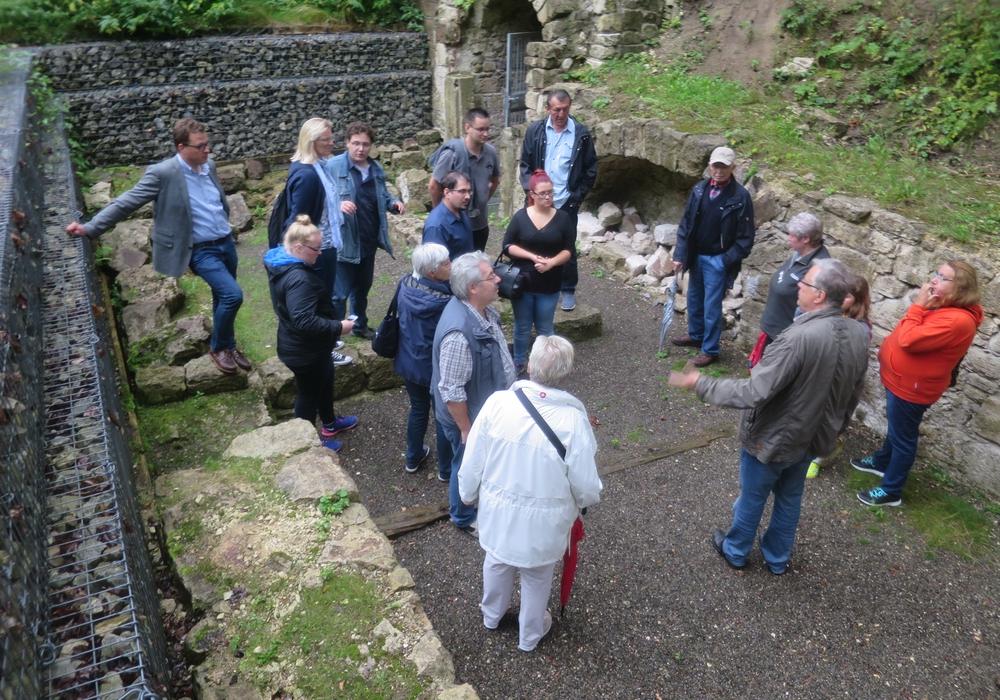 Im Rahmen des Sommerprogramms der SPD wurde eine Besichtigung der Kasematten angeboten. Jan Schröder freute sich, Dieter Kertscher sowie 15 Gäste begrüßen zu können. Foto: privat