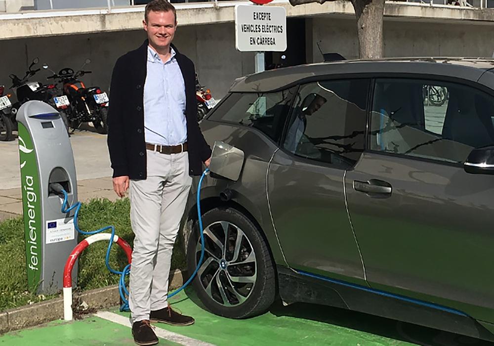 Torben Tuinmann mit einem Elektroauto an einer Ladestation auf Mallorca. Foto: privat