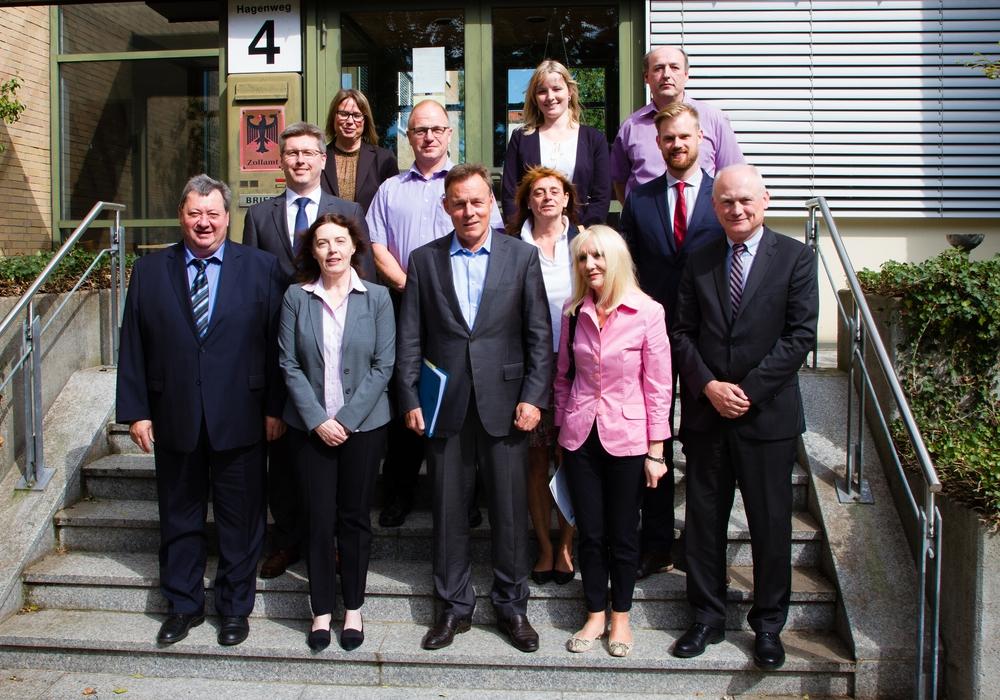 Thomas Oppermann (dritter von links in der vorderen Reihe) besuchte den Zoll. Foto: Zollamt Braunschweig