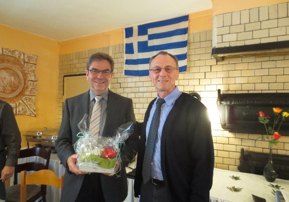 Der neue Vorsitzende Bernward Köbbel bedankt sich bei Karl Jürgen Heldt. Foto: Privat