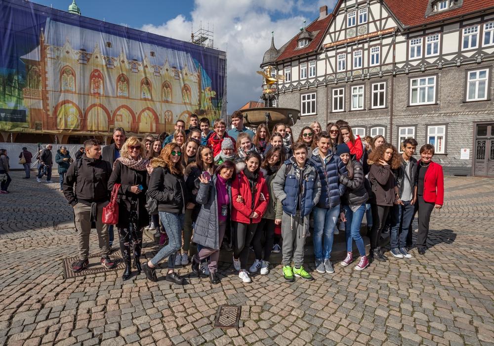 Die Schülerinnen und Schüler, die am Austausch Arricia-Goslar teilnehmen, heute Vormittag auf dem Marktplatz. Foto: Alec Pein