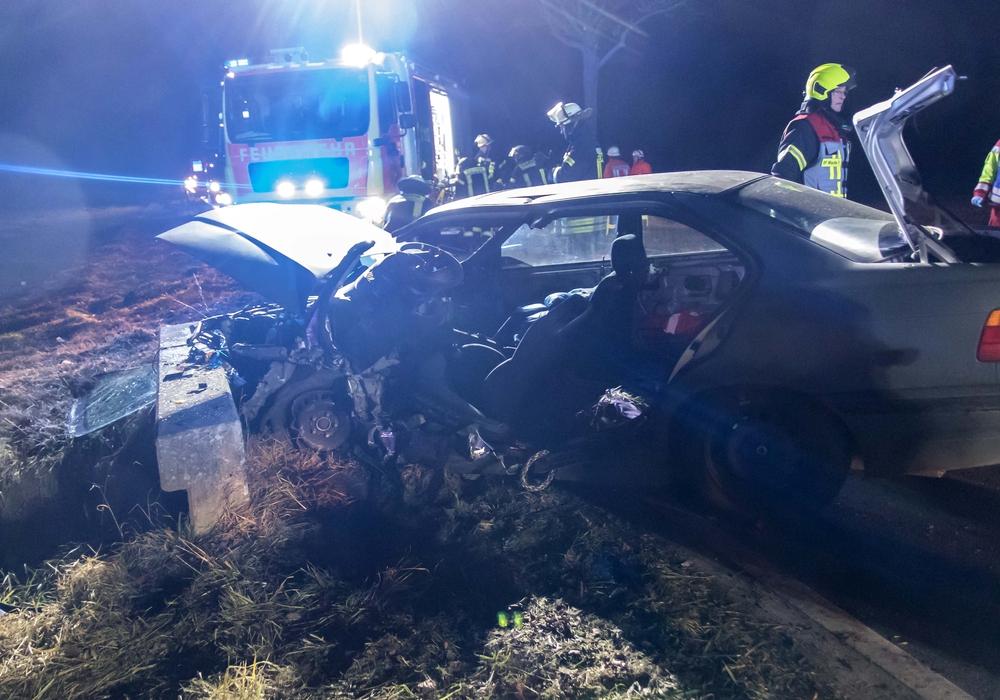 Schaut man sich das total zerdrückte Autowrack an, dann können die beiden leichtsinnigen Fahrer nu froh sein, mit dem Leben davon gekommen zu sein. Foto: Rudolf Karliczek