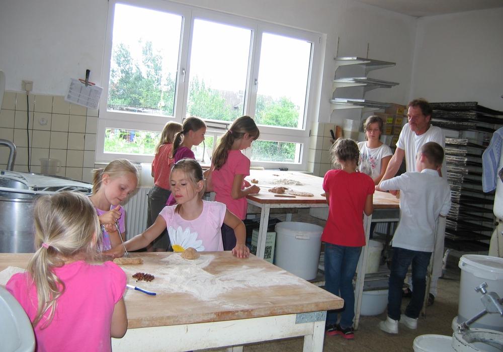 Auch in diesem Jahr öffnet Vollkornbäcker Stefan Barth wieder seine Backstube für die JUP-Kinder. Foto: Privat