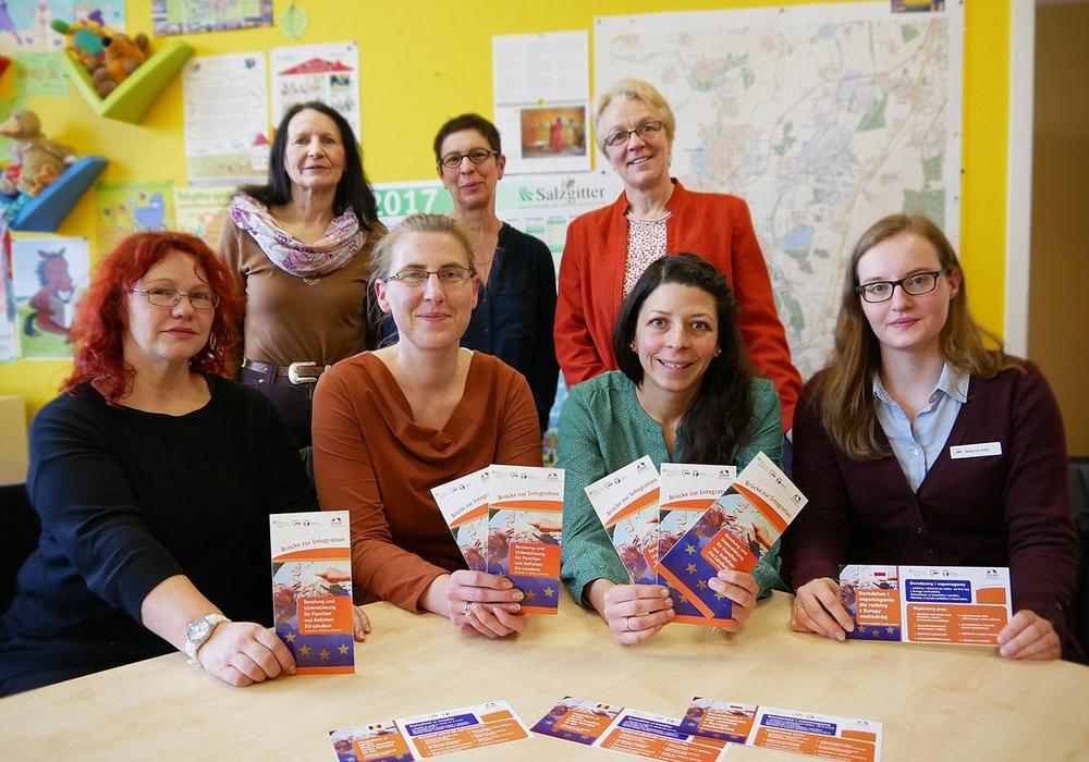 v.l.n.r. hinten: Dr. Roswitha Krum (Stadt Salzgitter Leiterin Fachdienst Kinder, Jugend und Familie), Britta Lüttge (SOS-Mütterzentrum),  Petra Behrens-Schröter (Leiterin des Diakonischen Werkes Braunschweig);   vorne: Susanne Löchner (SOS-Mütterzentrum), Justyna Zdanowicz (SOS-Mütterzentrum) , Andrada-Alina Adams (Diakonie), Katharina Sadlo (AWO)