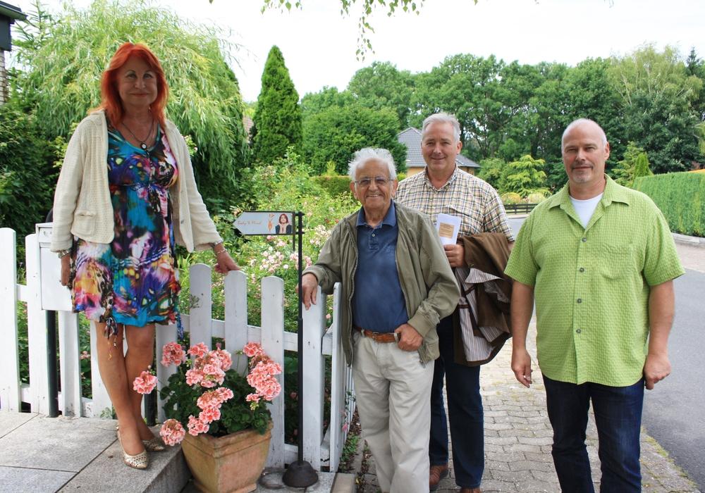 Von links: Heike Blomberg begrüßt Johannes Wolframm, Frank Oesterhelweg und Karsten Ansorge vor ihrer Praxis in Lucklum. Foto: CDU