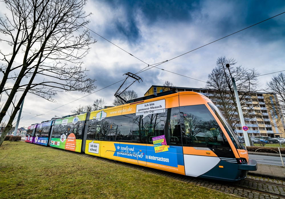 Samstag Vormittag wurde die Regenbogen-Straßenbahn des Vereins für sexuelle Emanzipation (VSE) e. V. auch ganz offiziell eingeweiht. Fotos: mono-photography.de/ Verein für sexuelle Emanzipation (VSE) e.V.