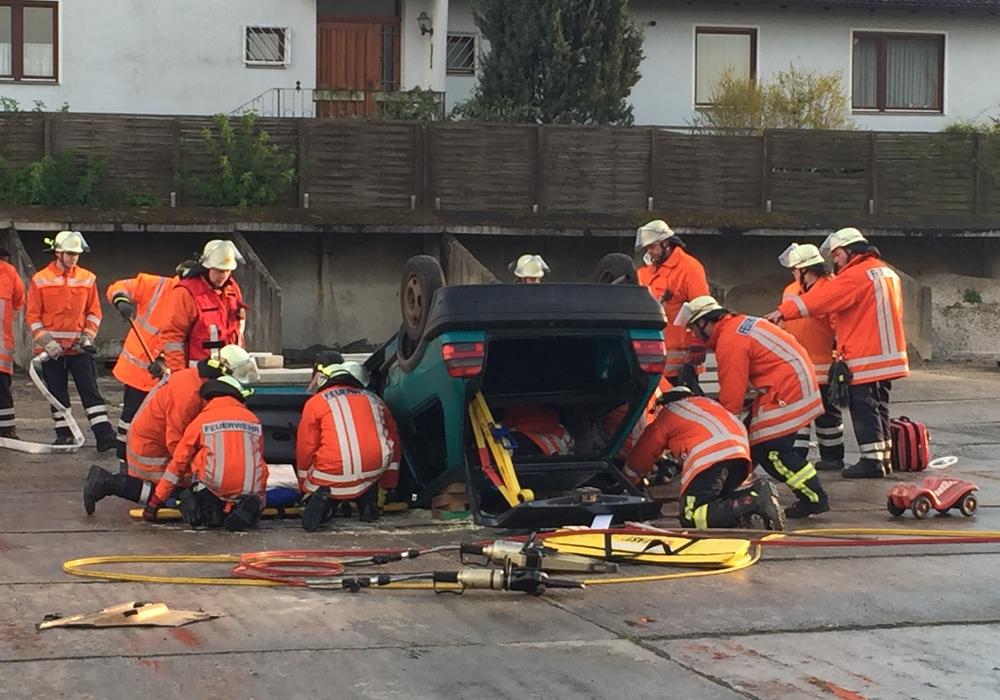 Die Einsatzkräfte befreien die Verletzten aus dem Auto. Fotos: Feuerwehr Sickte