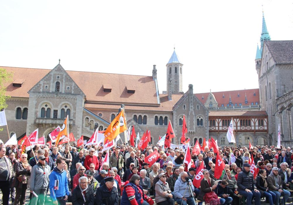 Auch in diesem Jahr haben sich zum Tag der Arbeit am 1. Mai wieder mehrere hundert Menschen am Dom versammelt. Fotos: Jan Borner