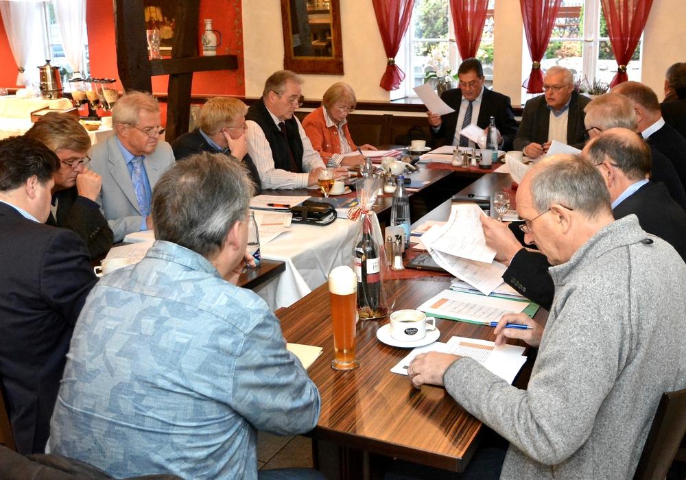 Das Foto zeigt die CDU-Kreistagsfraktion mit dem Fraktionsvorsitzenden Uwe Lagosky (6. v. li.) und Frank Oesterhelweg (4. v. li.) während ihrer Sitzung. Foto: Privat