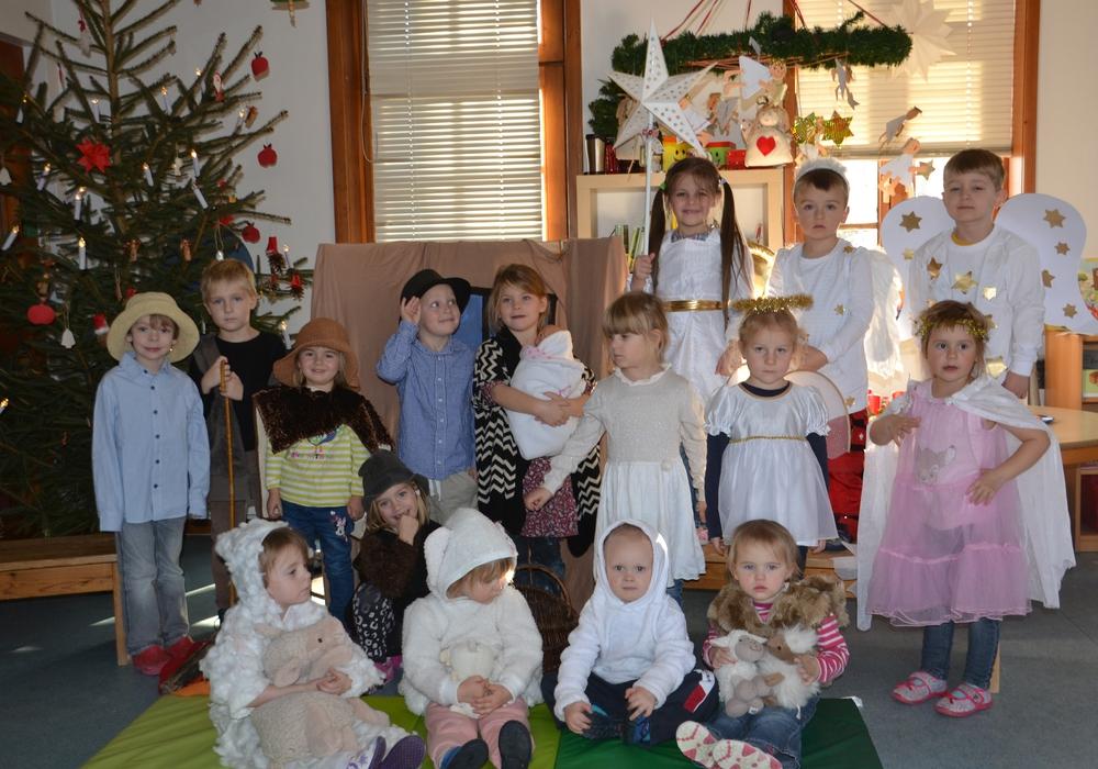 Alle Jahre wieder besuchen die Kinder des Kindergarten Kunterbunt Dahlum die Seniorenweihnachtsfeier der Gemeinde Dahlum. Foto: Himbert