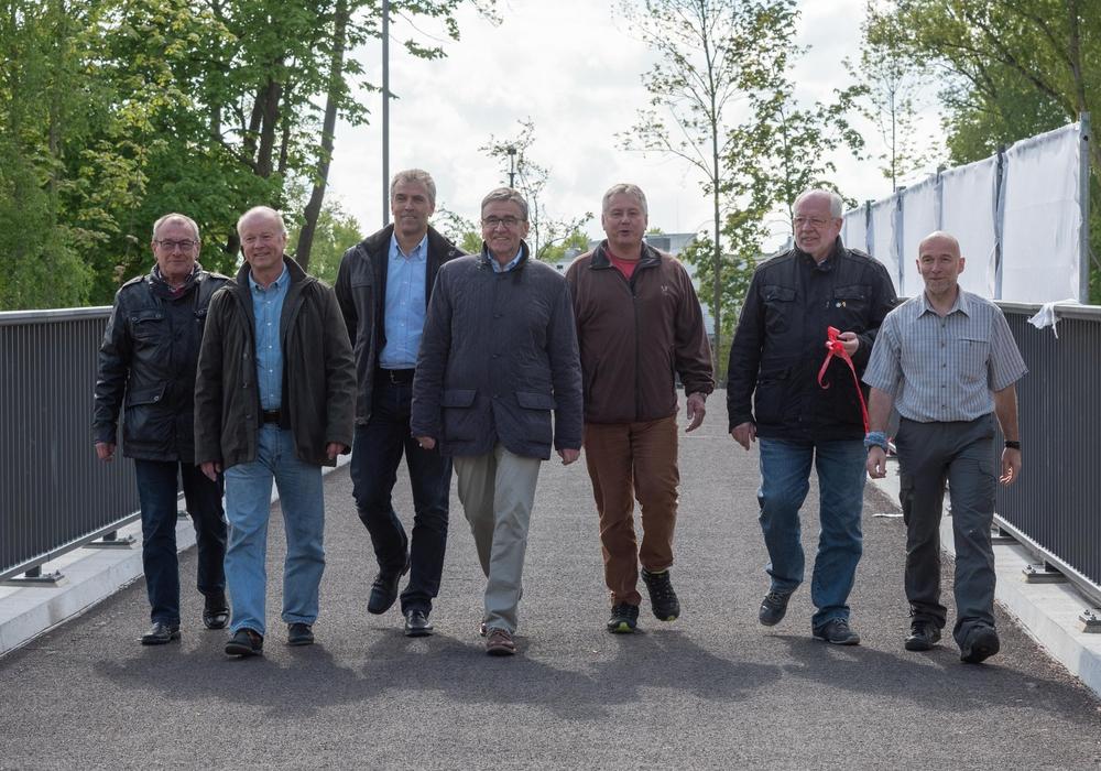 Einige Vertreter des Bauausschusses bei der Einweihung der Brücke: Axel Kohnert, Gerhard Kanter, Frank Steffens, Bürgermeister Thomas Pink, Torsten Ohms, Uwe Kiehne, Thilo Neumann (v. li.). Fotos: Tanja Bischoff