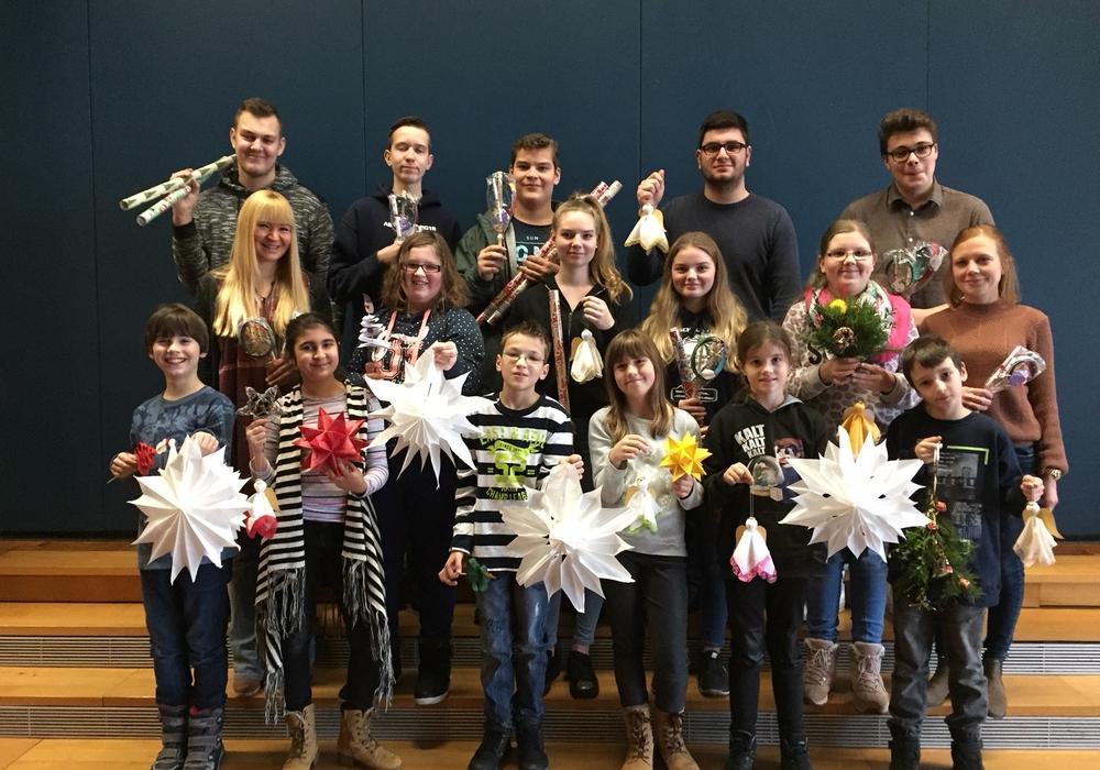 Die beteiligten Schülerinnen und Schüler sowie die Lehrkräfte Sabine Rehse und Anja Sojka (Mitte rechts) Foto: Schule
