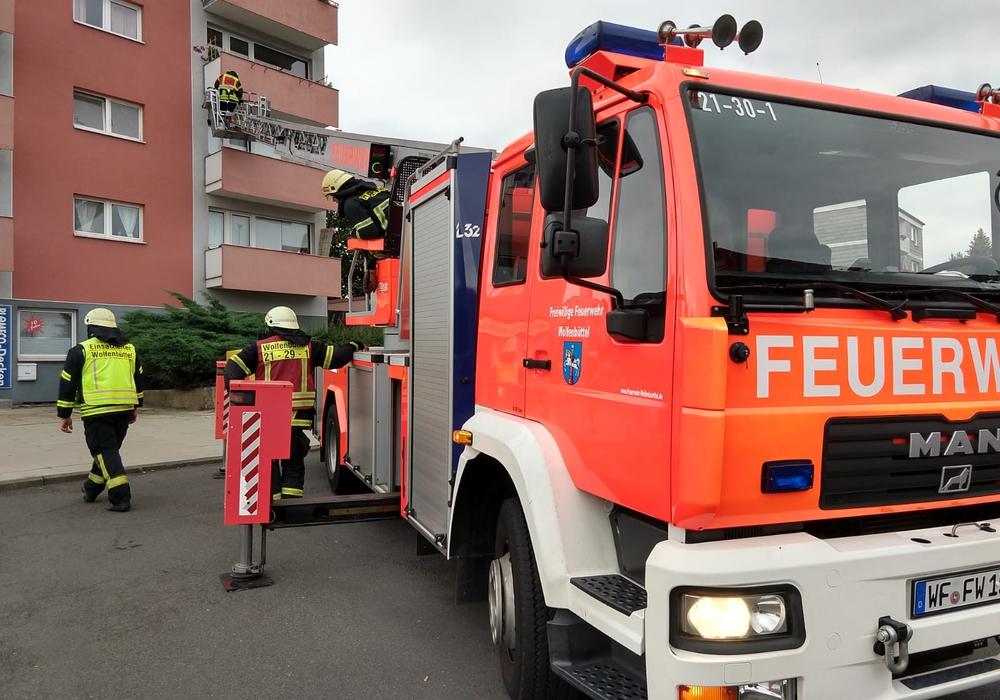 Die Feuerwehr verschaffte sich mit einer Drehleiter Zugang zum Balkon der Wohnung. Foto: Werner Heise