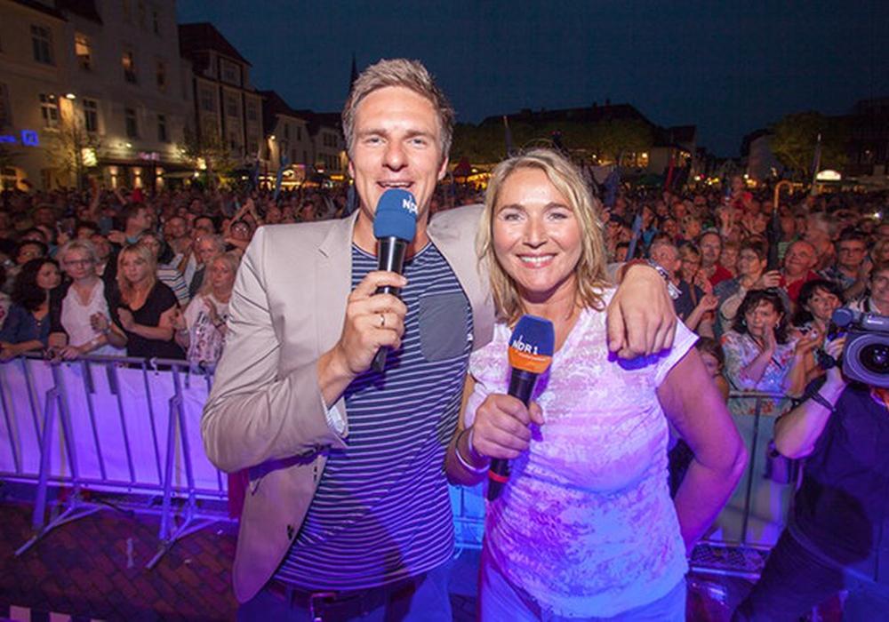 Kerstin Werner und Arne-Torben Voigts moderieren das Bühnenprogramm am Sommertour-Abend in Helmstedt auf dem Marktplatz; Foto: Alexander Brodesser