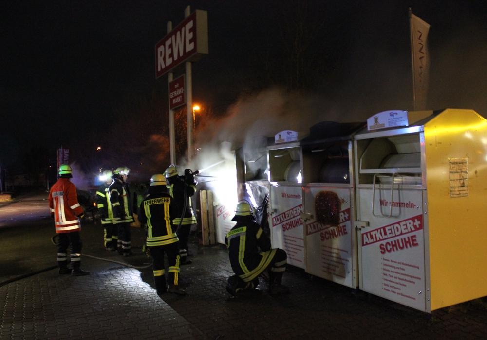 In Hohenhameln brannten ein Altkleidercontainer und drei Papiercontainer. Fotos:  Sebastian Haupt