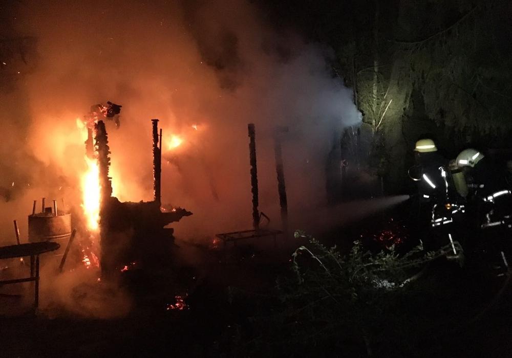 In der Nacht brannte eine Gartenlaube am Teichgarten. Fotos: Feuerwehr Wolfenbüttel