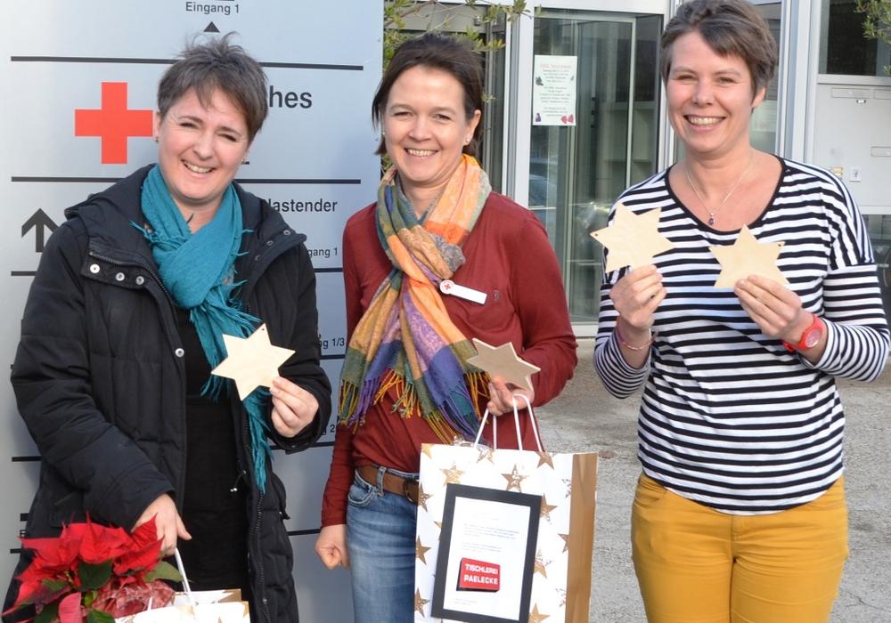 Spendenübergabe vor dem ITZ - von links Myriam Paelecke, die Therapeutinnen Andrea Bruns und Petra Kaschefski, Foto: Privat