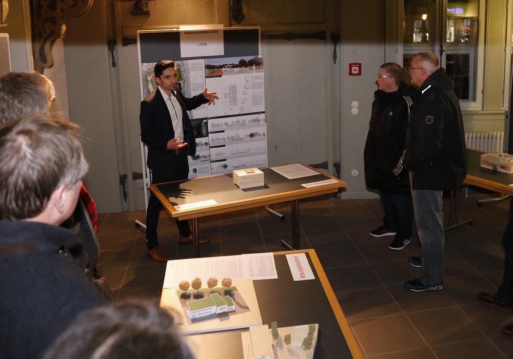 Gustavo Weihe-Oettinger (Schulitz Architekten Braunschweig) stellte den Siegerentwurf im Rahmen der Ausstellungseröffnung vor. Foto: Stadt Wolfenbüttel