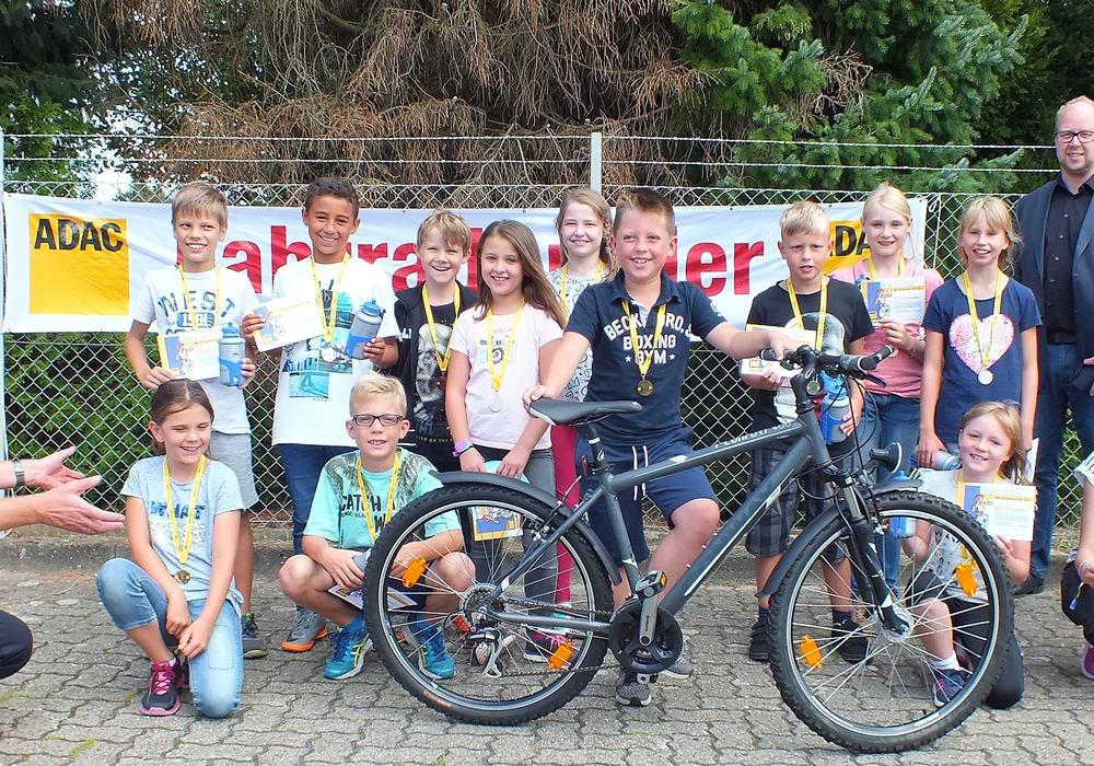 Eike Jonas gewann als Gesamtsieger ein Fahrrad. Fotos: Achim Klaffehn