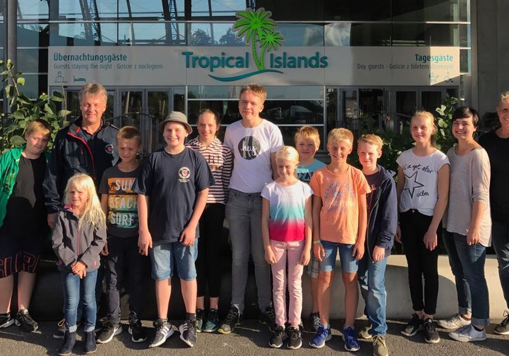 Die Reisegruppe vor dem Tropical Island. Foto: privat