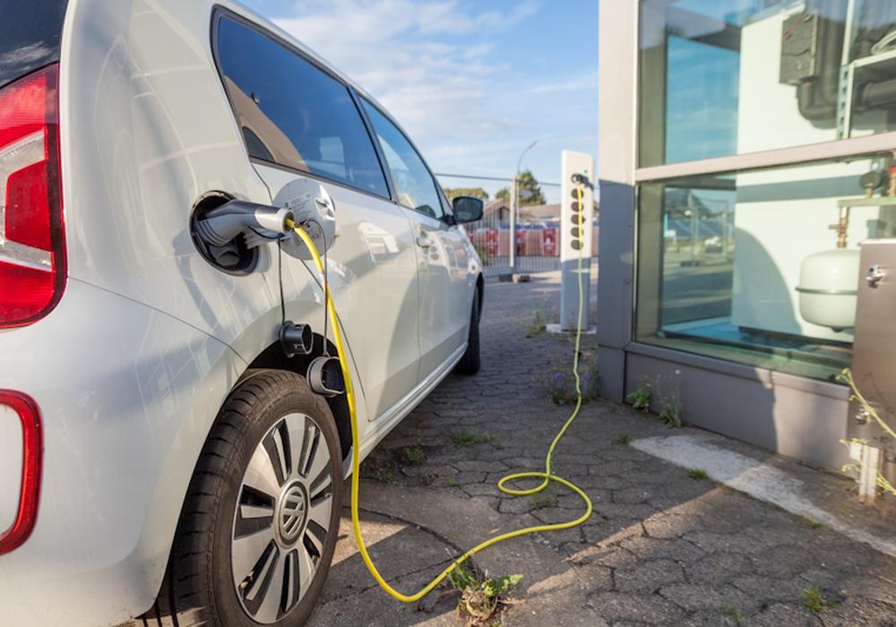 Keine Parkgebühren für E-Fahrzeuge für maximal vier Stunden - Zeitlich beschränkte Befreiung soll die Elektromobilität fördern. Symbolfoto: Alec Pein