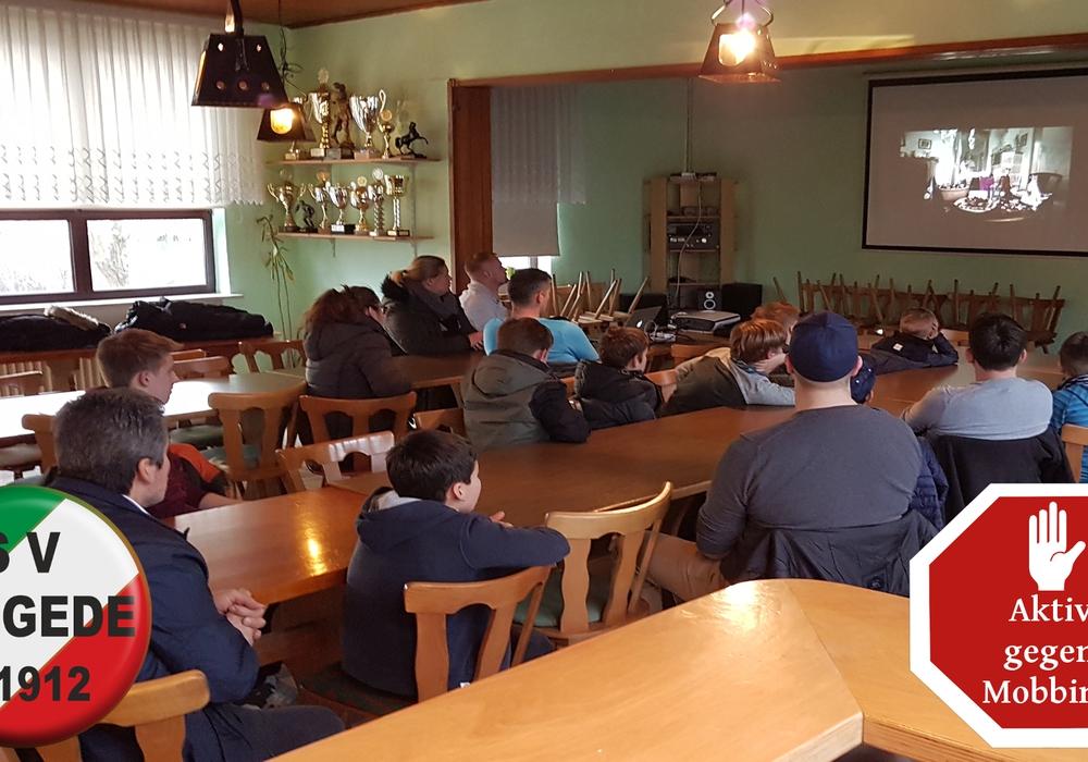 Die Kinder verfolgten den Vortrag gespannt. Foto: Marius Schenkel, Sportverein Lengede