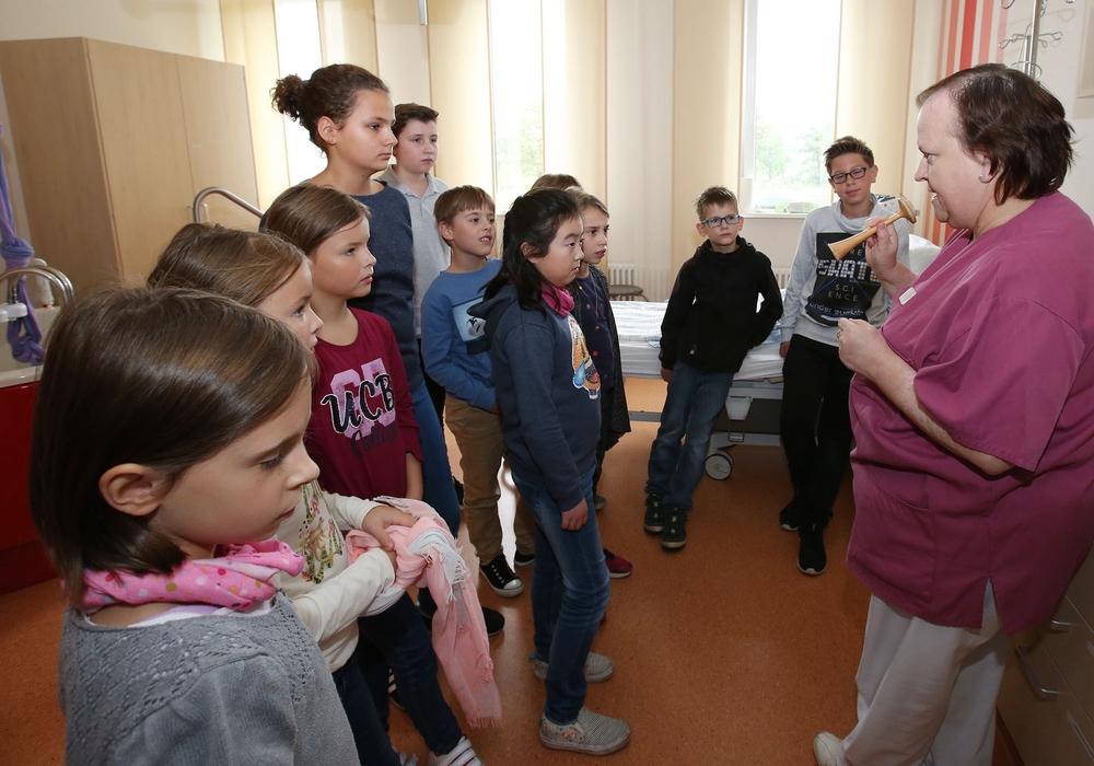 Leitende Hebamme am Helios Klinikum Gifhorn bei der Führung durch den Kreißsaal. Fotos: regios24/Sebastian Priebe