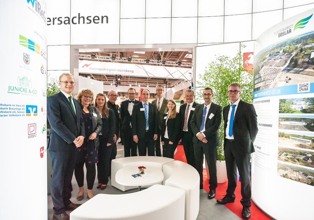 von links: Jobst Junicke (Junicke & Co. OHG), Britta Schweigel (Berg- und Universitätsstadt Clausthal-Zellerfeld), Vanessa Grond (WiReGo), Dirk Becker (Stadt Goslar), Julius Junicke (Junicke & Co. OHG), Dr. Jörg Aßmann (WiReGo), Christian A. Grell (Sparkasse Hildesheim Goslar Peine), Katrin Madeiski (WiReGo), Andreas Wobst (Volksbank eG), Thomas Beckröge (Stadt Bad Harzburg), Mark Zimmermann (Sparkasse Hildesheim Goslar Peine). Foto: WiReGo