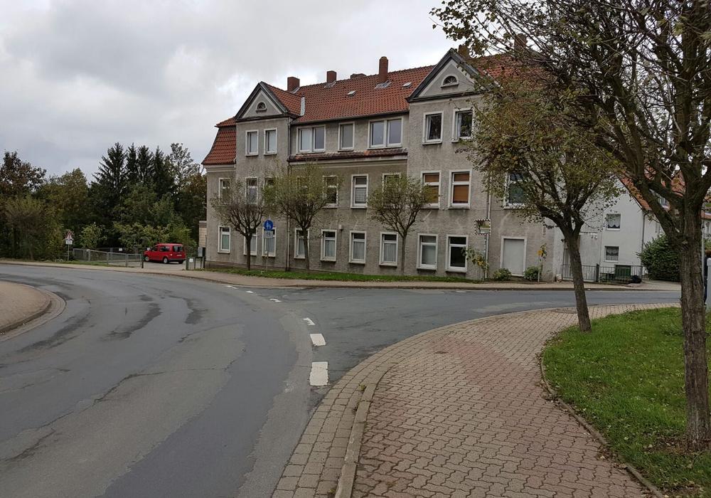 Anwohner der Hauptstraße in Börßum fürchten, dass es zu weiteren Unfällen in der Kurve kommt. Fotos: Privat