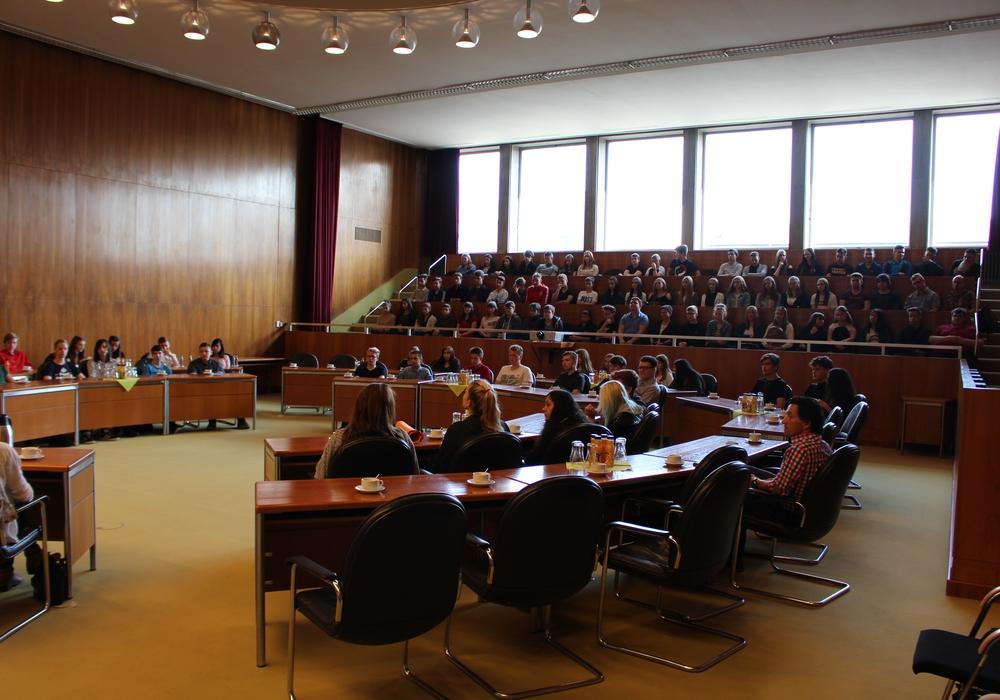 Die Schüler der Hoffmann-von-Fallersleben-Realschule kamen zu ihrer Zertifikatübergabe durch die IHK in den Ratssaal des Rathauses Wolfsburg. Foto: Christoph Böttcher