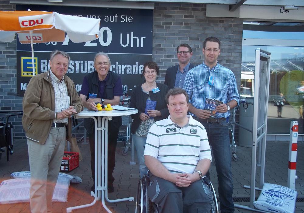 Kandidaten der CDU im Gespräch mit dem Sickter Bürger Martin Scheinert (vorne); von links nach rechts: Dr. Manfred Bormann (kandidiert für Gemeinderat, Samtgemeinderat und Kreistag), Johann Seifert (Gemeinderatskandidat), Annegrit Helke (Gemeinde- und Samtgemeinderatskandidatin), Marco Kelb (Bürgermeisterkandidat und Kandidat für den Gemeinde- und Samtgemeinderat) und Stefan Fenner (Gemeinderatskandidat), Foto: privat