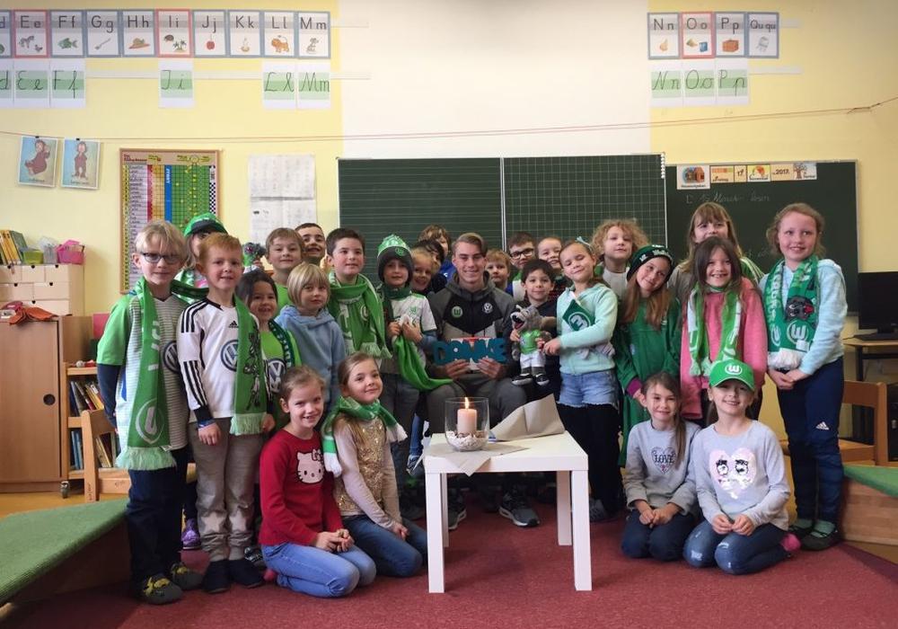 Spieler Lesen für Kinder. Foto: VfL Wolfsburg