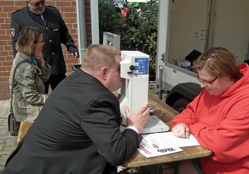 Die Testgeräte der Verkehrswacht Helmstedt werden häufig gemeinsam mit der Polizei im Rahmen der Prävention eingesetzt. Hier testet die Moderatorin, Sabrina Königsmann, im Vordergrund den Durchblick des Bürgermeisters der Stadt Helmstedt, Wittich Schobert. Foto: Verkehrswacht Helmstedt