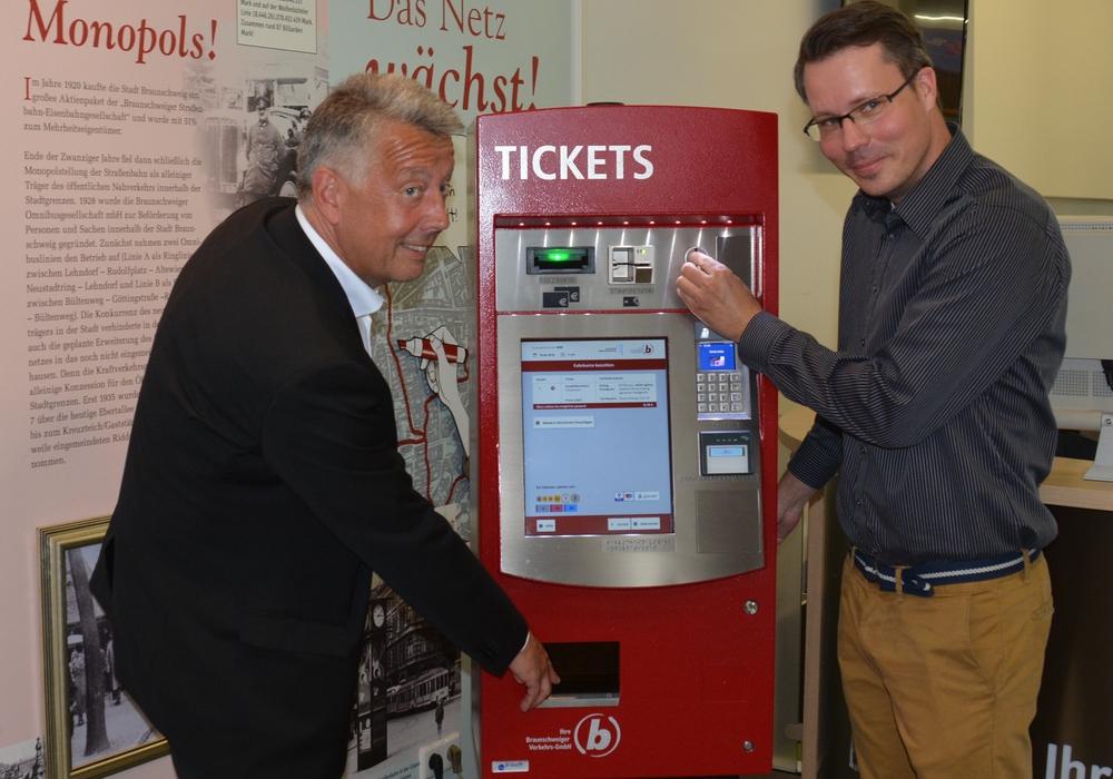 Geschäftsführer Jörg Reincke (links) und Stefan Barthauer, Projektleiter, nehmen den Testautomaten im Kundenzentrum der Verkehrs-GmbH in Betrieb. Foto: Braunschweiger Verkehrs-GmbH
