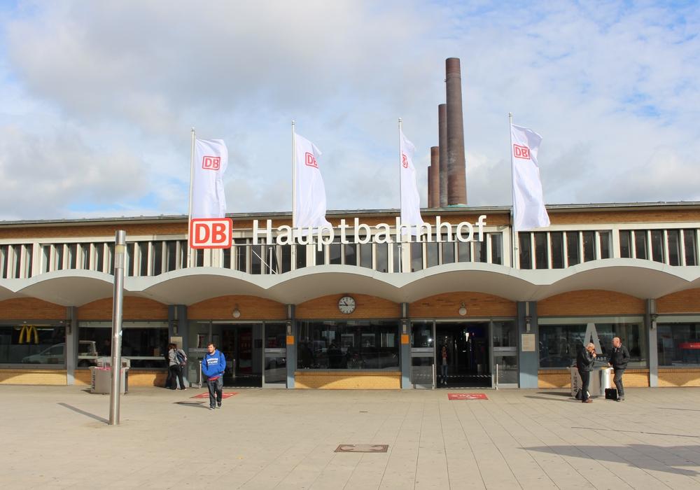 Die Züge am Bahnhof Wolfsburg fahren am Sonntag nur eingeschränkt. Grund ist die Bombenentschärfung in Wolfsburg. Foto: Jan Weber