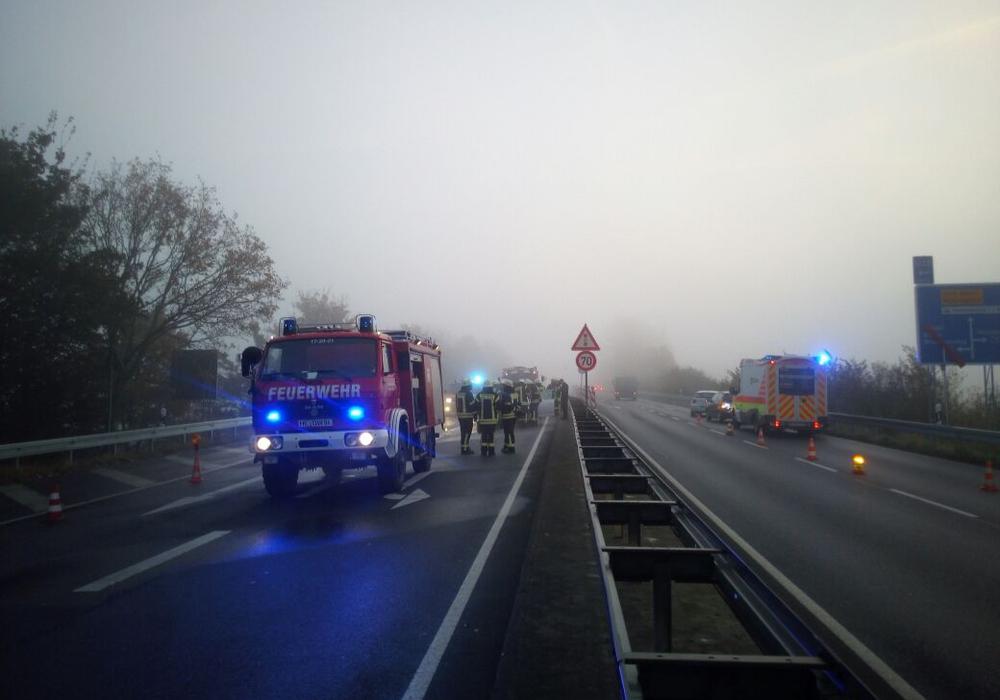 Auf beiden Seiten der L295 kracht es. Fotos: Feuerwehr