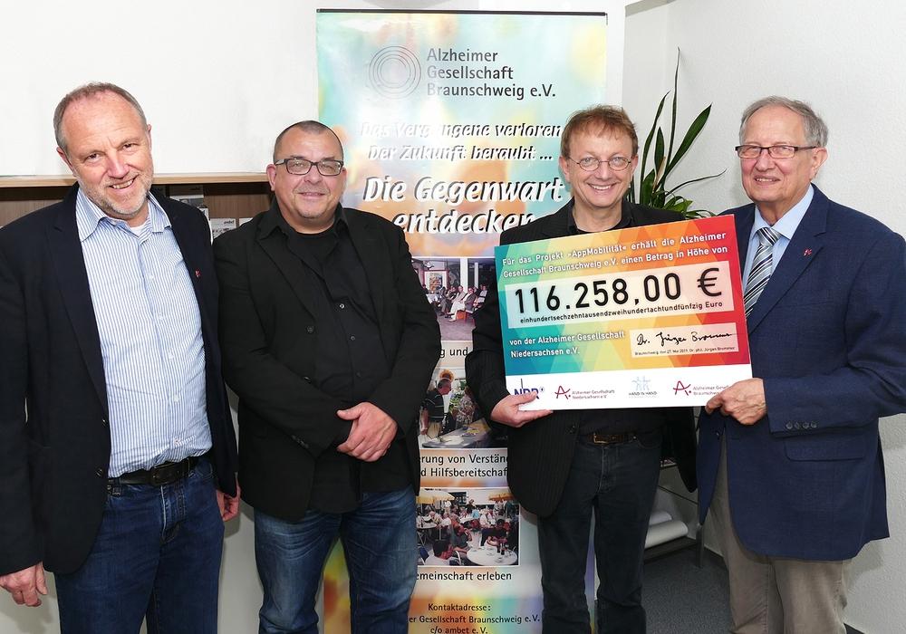 Die Scheckübergabe aus der Gemeinschaftsaktion an die Alzheimer Gesellschaft Braunschweig.  Foto: AlzGe BS