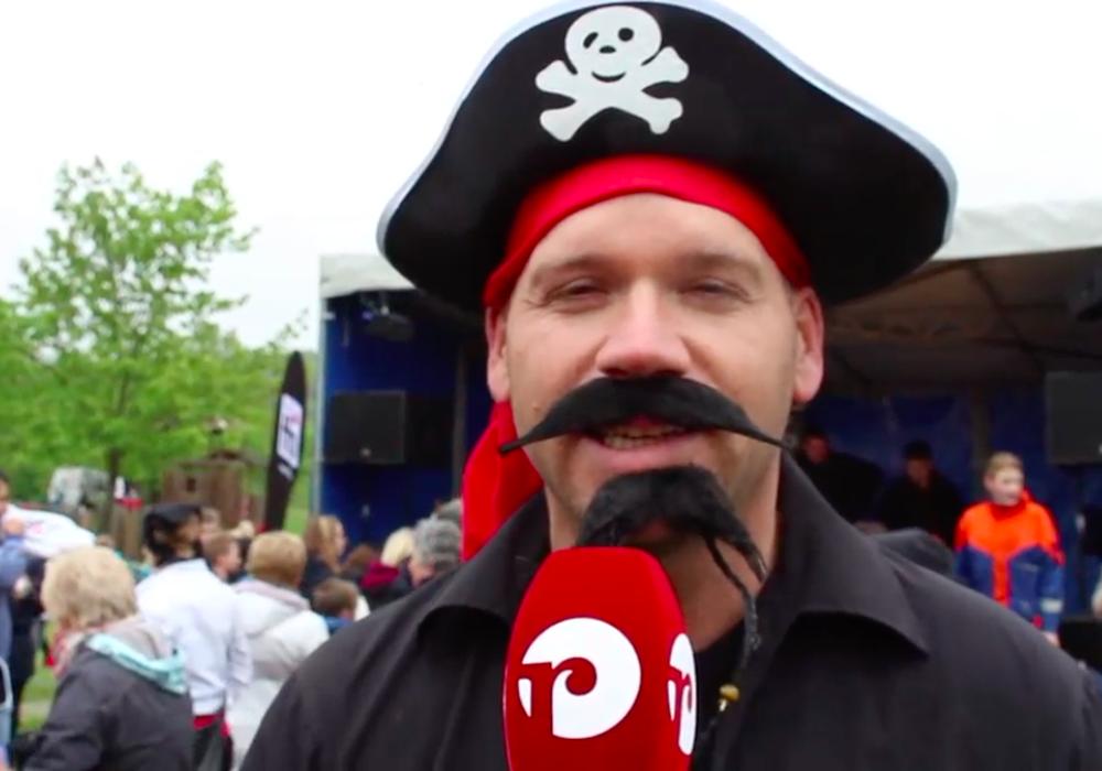 Martin Mahnkopf hat sich am Montag als Pirat verkleidet für den Traumspielplatz ins Zeug gelegt. Fotos: Nadine Munski-Scholz