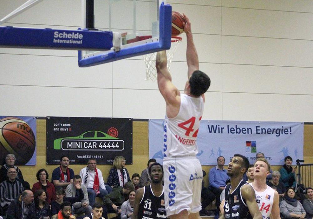 Ole Angerstein stopft den Ball durch die Reuse. Foto: Rayk Maschauer