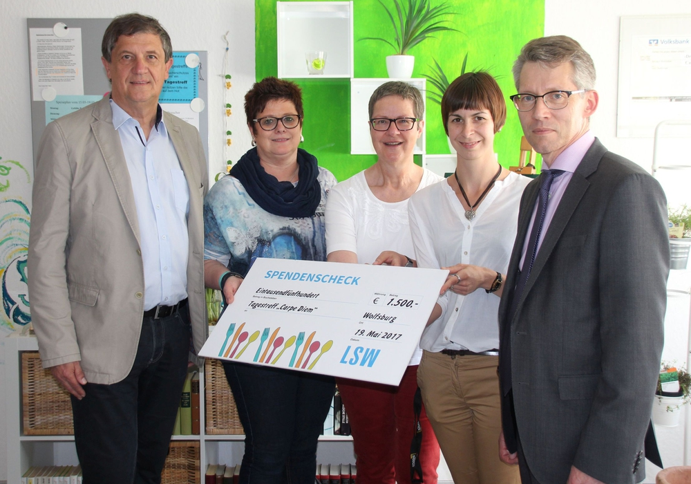 Rüdiger Bekmann, Kerstin Wilde und Dr. Frank Kästner überreichen Jasmin Hinze (2.v.r.) und Sozialpädagogin Dagmar Alphei die Rest-Cent-Spende des LSW-Hilfsfonds. Foto: LSW