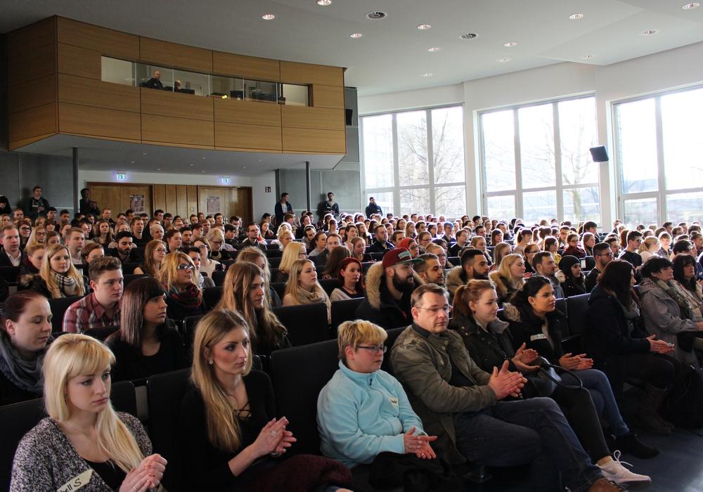 Voll besetzte Aula bei der Begrüßung der neuen Studenten. Foto: Max Förster