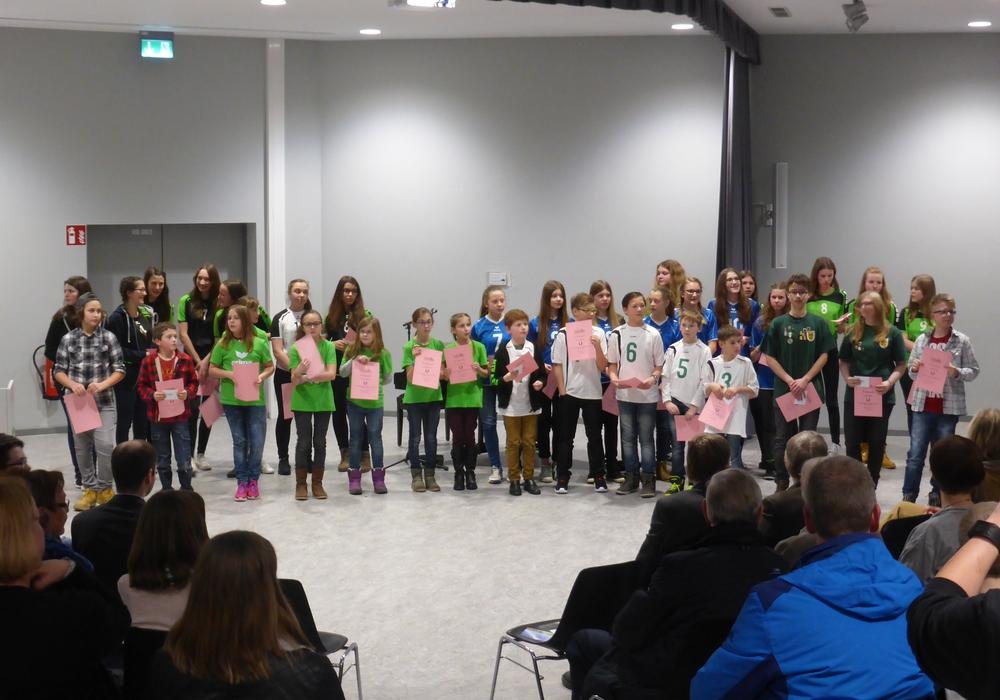 Kinder und Jugendliche freuen sich über Auszeichnungen. Foto: Stadtjugendring Langelsheim
