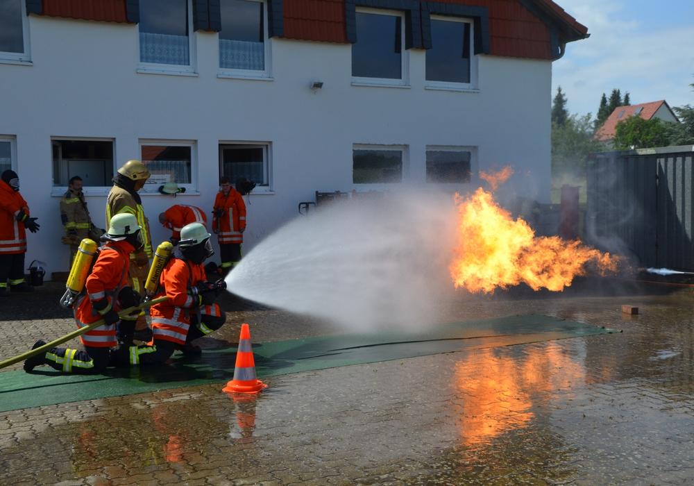 Im Zuge der Weiterbildung der Atemschutzgeräteträger fand in Dettum beim Feuerwehrgerätehaus eine Hohlstrahlrohrausbildung statt. Foto: Anja Seiffert