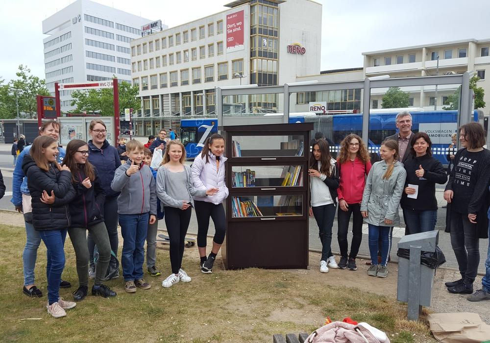 Die Kinder freuten sich über den neuen Kinderbücherschrank. Foto: Stadt Braunschweig