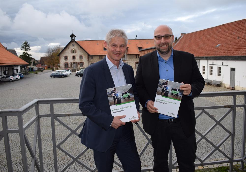 (von links): Oberbürgermeister Frank Klingebiel und Stadtrat Eric Neiseke. Foto: Stadt Salzgitter