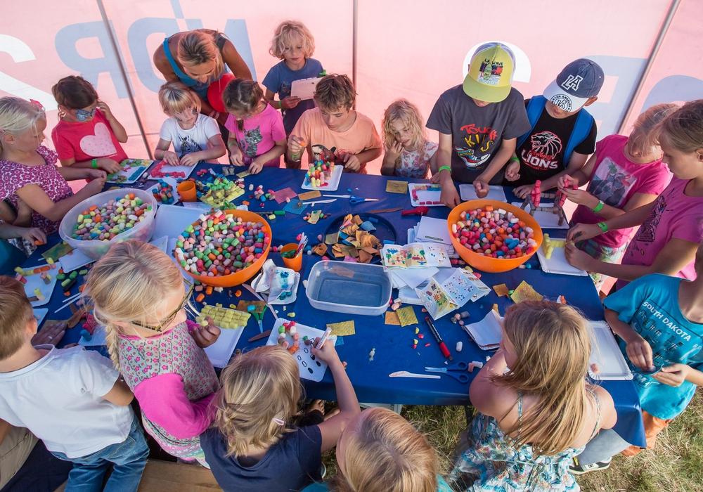 In der NDR 2 Kinderwelt kann gemeinsam gebastelt werden. Foto: NDR/Axel Herzig