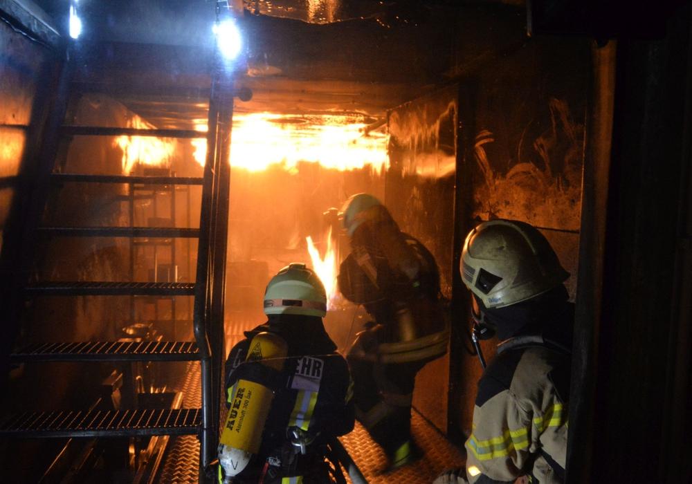 Im Brandübungscontainer üben die Kameraden den Ernstfall. Fotos: Freiwillige Feuerwehr Wolfsburg