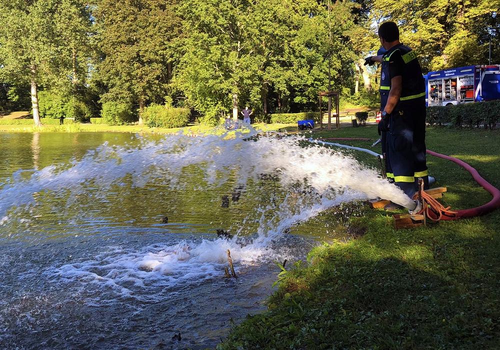Das THW belüftet das Gewässer. Fotos: Stadt Wolfenbüttel/RAE