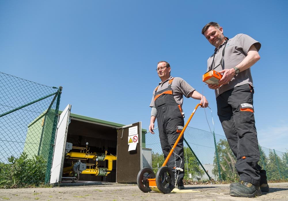 Das Gasspürgerät immer voran: Dirk Neubauer (li.) und Marcus Slomka von den Stadtwerken Wolfenbüttel kontrollieren die Erdgasleitungen zum turnusmäßigen Gasnetzcheck. Foto: Stadtwerke