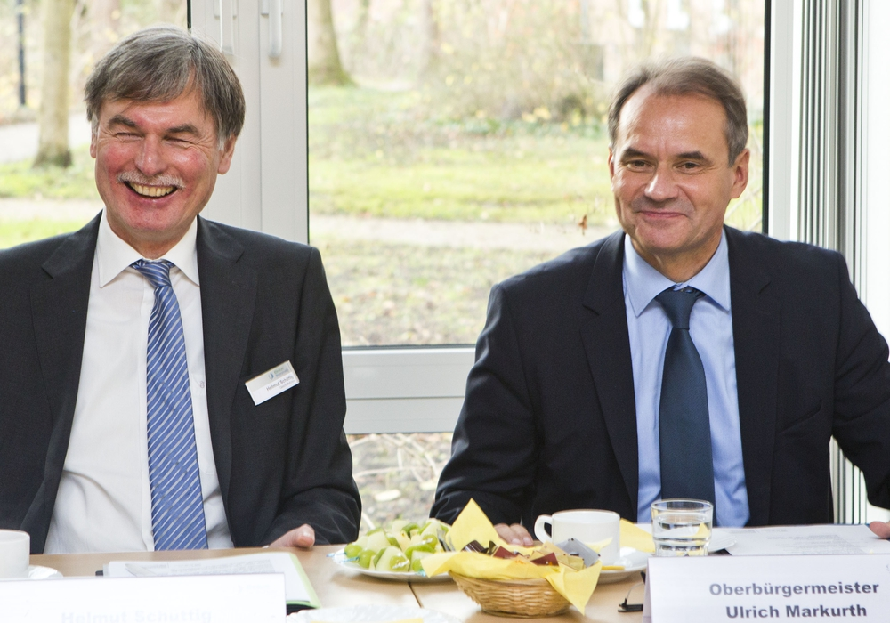 Oberbürgermeister und Aufsichtsratsvorsitzender Ulrich Markurth würdigt Geschäfts-führer Helmut Schüttig für seine mehr als 13 erfolgreichen Jahre im Dienste des Klinikums Braunschweig. Foto: Scheibe/ Klinikum BS